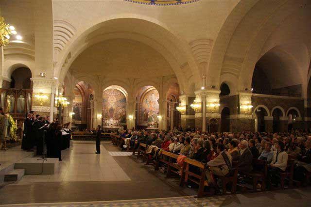 Выступление хора в храме Нотр-Дам де Лурд