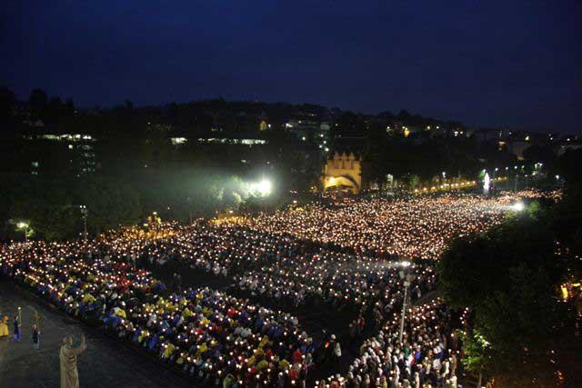 Ежедневный вечерний крестный ход в Лурде